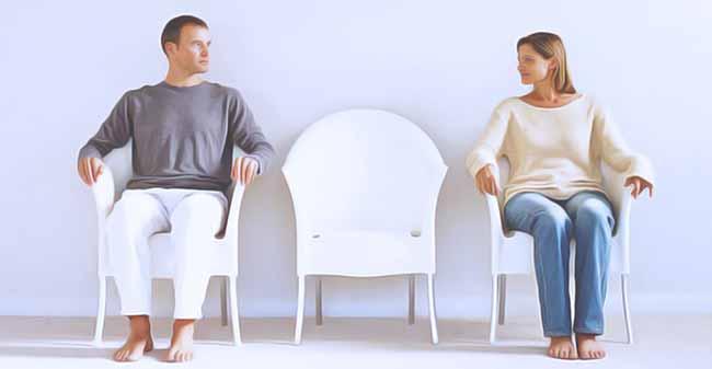 Супружеская пара сидит на стульях