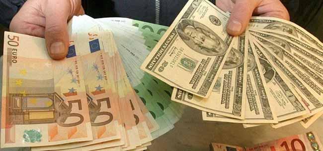 Доллары, рубли и евро в руках