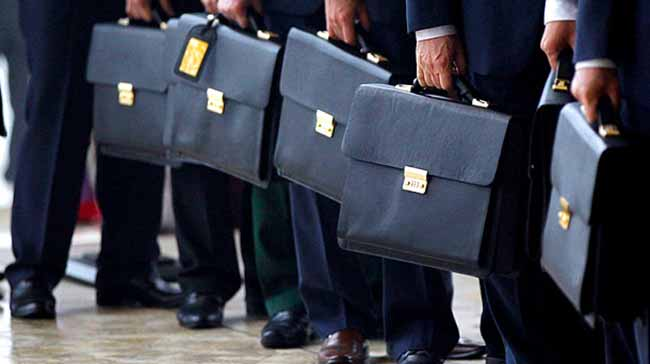 Государственные служащие с портфелями