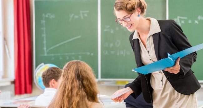 Преподаватель с учениками