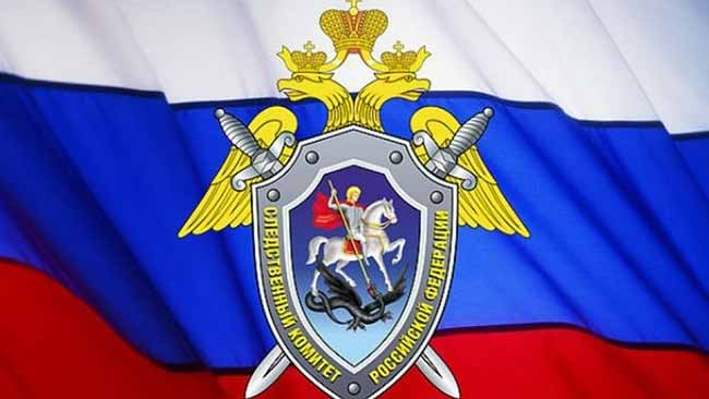 Герб следственного комитета на фоне флага РФ