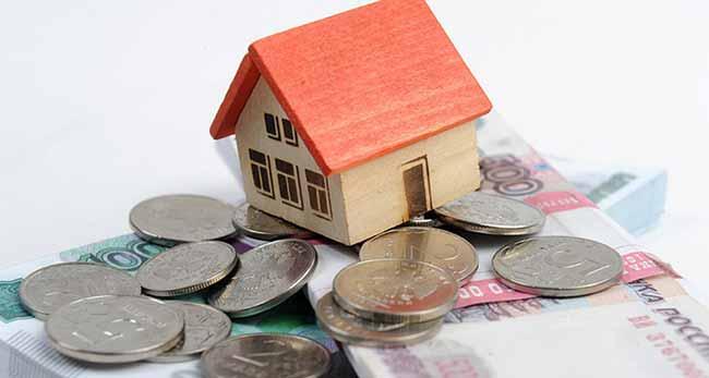 Российские рубли и маленький макет домика