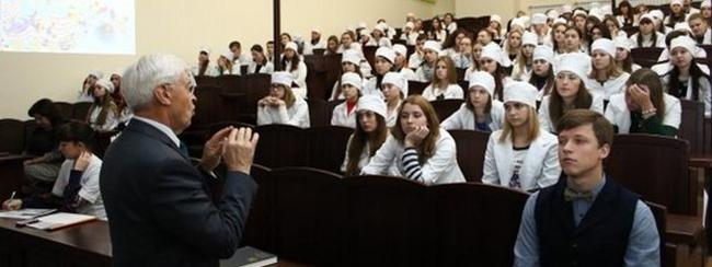 Преподаватель читает лекцию
