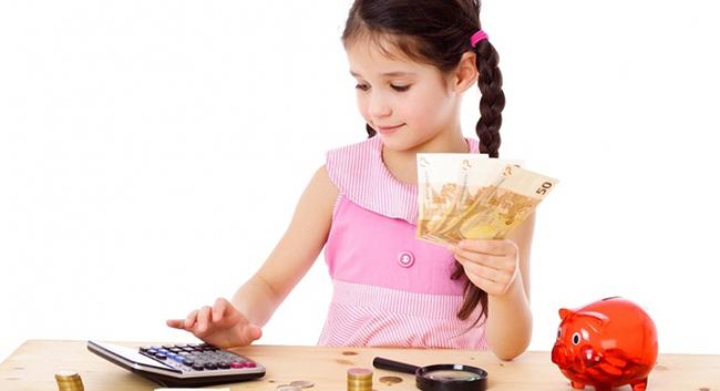 Ребенок играет с деньгами и калькулятором
