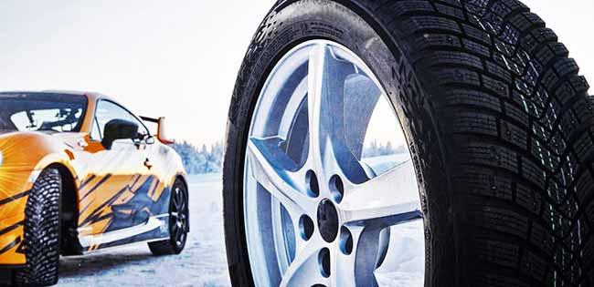 Зимняя резина на фоне гоночной машины