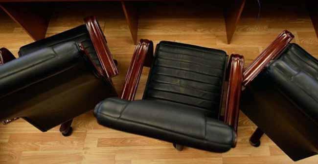Пустые офисные кресла