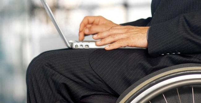 Человек в инвалидной коляске с ноутбуком
