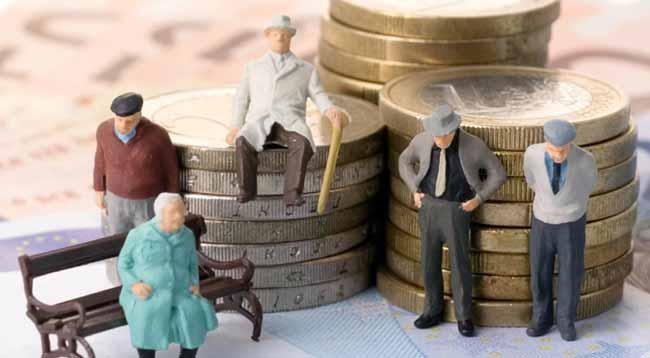 Фигуры из пластилина пенсионеры на фоне монет