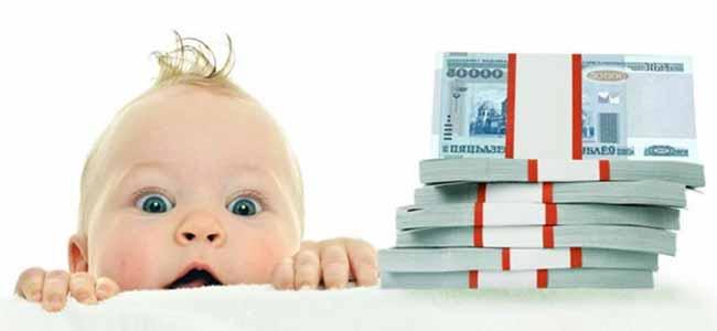 Грудной малыш и пачка российских рублей