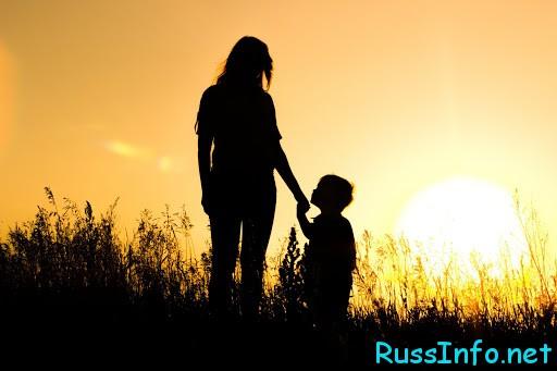 Мама с сыном на закате