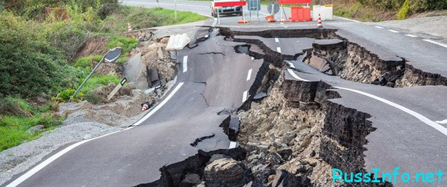 Развал дороги после землетрясения