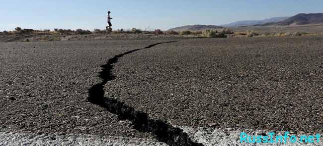 Трещина в земле после землетрясения