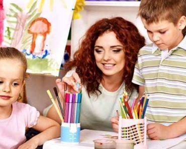 Воспитатель детского сада с детками