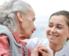 Социальный работник с пенсионеркой